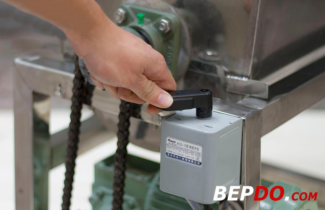 sử dụng máy trộn nằm ngang công suất lớn cực dễ dàng