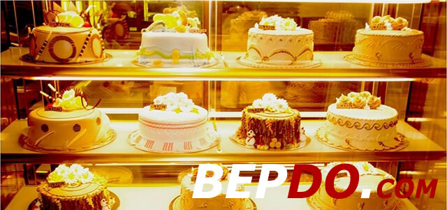 bánh kem trưng bày trong tủ kính đẹp mắt